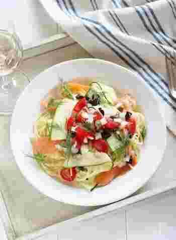 手早く作れて食べやすい夏の定番「そうめん」も、8月下旬くらいになるとだんだん飽きてくるもの…。 そんな時にはいつもとはちょっぴり雰囲気を変えて、「冷製パスタ」を作ってみませんか? 今回は人気のトマトやシーフードを使った洋風レシピをはじめ、大根おろしや納豆をトッピングした和風アレンジなど、様々な「冷製パスタ」レシピをご紹介します♪
