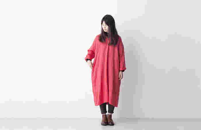 着るだけで女性らしいスタイリングが決まる「ワンピース」は、これからの季節に向けて春らしい着こなしをどんどん楽しみたいアイテムです。 シンプルにワンピースとして着るのはもちろん、カーディガンやデニムともレイヤードしやすいので、1枚揃えておくとコーディネートの幅がぐっと広がります。 今回は大人世代に相応しいナチュラルなリネン素材やシャツワンピースをはじめ、おしゃれなレイヤードスタイルや小物の合わせ方など、春にぴったりの素敵なワンピースコーデをご紹介します♪