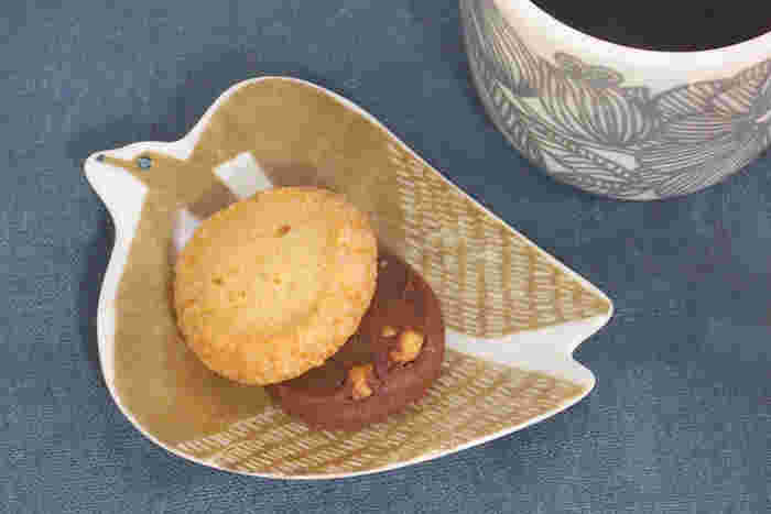 ちょっと一息、のコーヒータイムには、ちいさなおやつがあるとうれしいですね。 絵本に出てきそうな、かわいいアホウドリの豆皿にクッキーを乗せれば、なんだかほっこり。