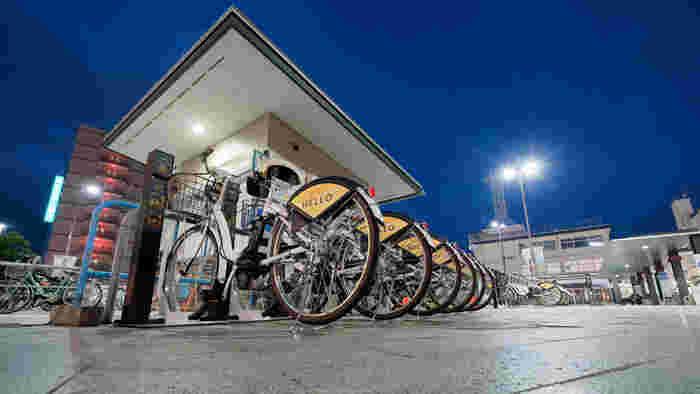 近年はシェアサイクルが一般的になってきました。長い移動は電車で、短い移動は出先でシェアサイクルを使うという方法も頭の中に入れておくと、行動範囲が広がります。  東京でも都心部を中心に「シェアサイクルポート」が増え、区をまたいだ使い方もできるようになってきています。