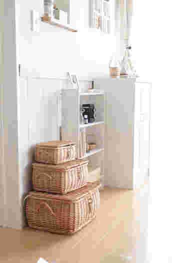 蓋付きの収納アイテムは、中が見えないのですっきりとして、置くだけでインテリアとして様になります。 壁付けや家具の隙間、ソファサイドなど場所を選ばずに置けるのが魅力です。  自然素材のカゴなど、圧迫感がなく、どんなお部屋にもなじみやすいでしょう。
