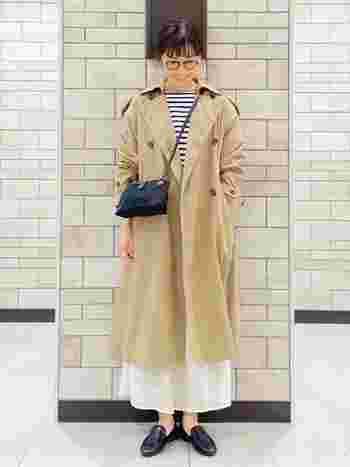 トレンチコート×ローファーのベーシックスタイルは、透け感のあるロングスカートで女性らしさをプラス。メガネやボーダートップスでアクセントを効かせた技ありコーデです。