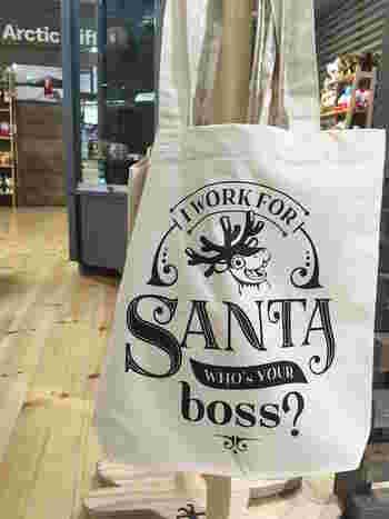 サンタショップでこんなエコバックを発見。「ボクはサンタのために働いているんだ。キミのボスは誰?」。ユーモアがあってちょっとシュール……。  サンタショップと同じフロアには、今注目のフィンランドデザインが紹介されているコーナーもあります。革製品や、コスメ、木製雑貨など、北欧らしいシンプルでスタイリッシュなアイテムが目を惹きます。