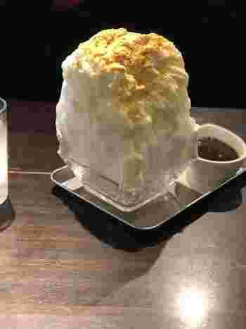 それは、箱型のかき氷。ふんわりと削られた、優しい食感の氷を箱型に盛り付けていて、思わず写真を撮りたくなってしまいそうです。こちらは「きなこミルク小豆」。ふわふわの氷ときな粉の優しい甘みがマッチして美味しそうです♪