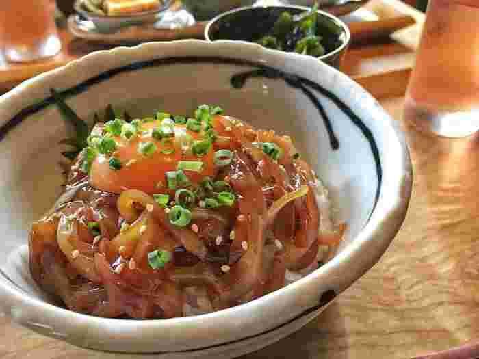 こちらは、隠岐島の新鮮なスルメイカのお刺身を特製の肝醤油で和えた漁師めし「寒シマメ漬け丼(イカの漬け丼)」。イカのコリコリした食感がよく、素朴な中に素材の新鮮さが感じられます。