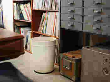 プラスチックにはない、独特の存在感がお部屋できらりと光ってくれそう。アイボリー、グレー、ブラックの三色展開です。