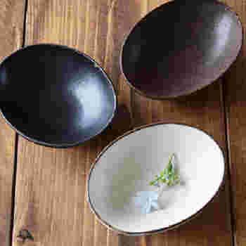 一人分ずつ盛り付けるなら、他の食器とも合わせやすく、シンプルだけれど味のある器がおすすめです。明るい色・深い色どちらをを選んでもそれぞれ違った表情があって素敵なので、迷ってしまいますね。