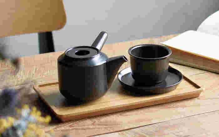 注ぎ口の90度の位置に持ち手がある、通称横手急須は、陶工の町である長崎県波佐見町で作られています。注ぎ口の内側に細かい穴が空いており、一つずつ職人さんの手によって作られています。