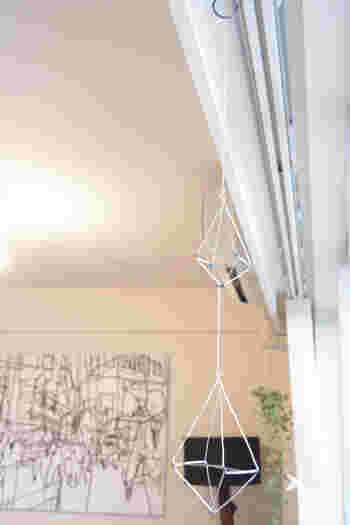 吊るすインテリアアイテムなら「モビール」はいかが?いろいろな種類がありますが、北欧インテリア好きさんにおすすめなのが、フィンランド伝統品の「ヒンメリ」。  本来は藁(ストロー)に糸を通したものですが、針金など使って手作りすることもできます。天井から吊るしても、カーテンレールに吊るしても◎