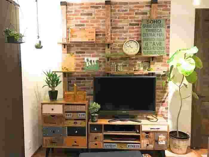 こちらもディアウォールを使った素敵なリビング空間!TVの後ろに棚を作ることで、高い場所のスペースも有効活用できますね。2×4材にビンテージワックスを塗ると、少し使い込んだようなアンティークな風合いに♪