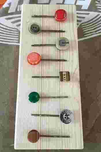 レトロ可愛いボタンを使ったヘアピンです。シックなカラーなので合わせやすいですね。