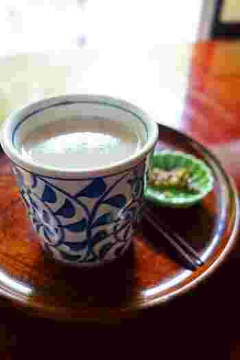 「甘酒茶屋」の名物は、今も昔もやっぱり『甘酒』。古くから、街道を行き来する旅人の疲れを癒やしてきた手作り飲料です。