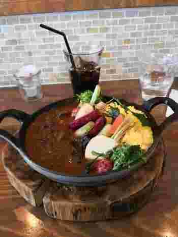 グリル野菜がフォトジェニックな「特製鹿肉カレー」は、スパイス控えめで、鹿肉のしっかりとした食感を味わえます。
