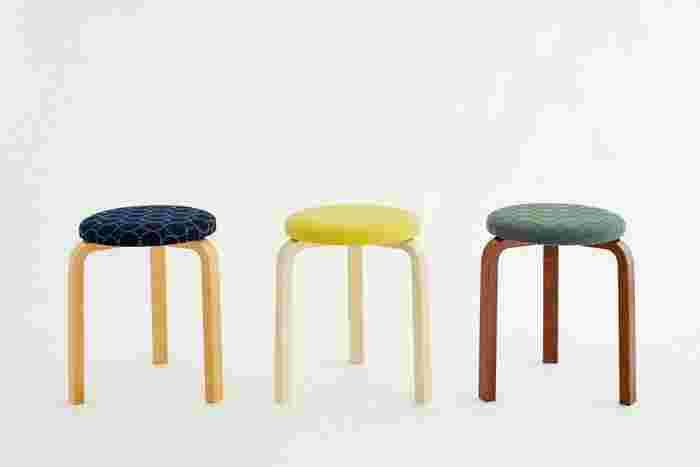 アルヴァ・アアルトがデザインしたスツール60とミナペルホネンのコラボレーションにより誕生したスツール。 ぷくっと浮き上がる人気のタンバリン模様は、生地に合わせて糸の色味が異なり、一脚一脚の個性を生み出しています。