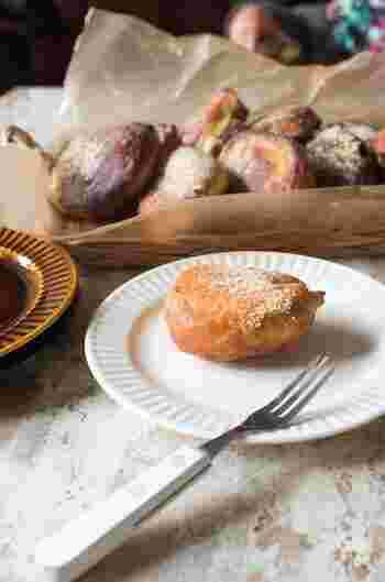 ホットケーキミックスに豆腐、卵、牛乳で、ふわカリッ食感が楽しめるドーナツはいかが? 揚げたらお好みできな粉や粉糖、チョコレートでアレンジしましょう。