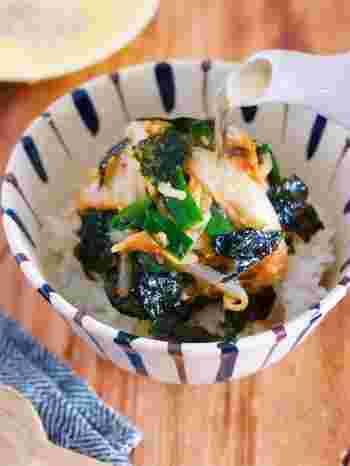 レンジで簡単に作れる、韓国風の出汁かけごはん。ニラ、味噌、白菜キムチ、もやしをごはんに乗せて、出汁をたっぷりとかけていただきます。