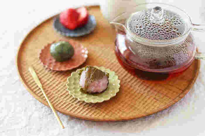 豆皿は、お菓子・フルーツ・おつまみなどにも幅広く使えます。ブレイクタイムやお酒のテーブルを、豆皿でコーディネートするのもいいですね。