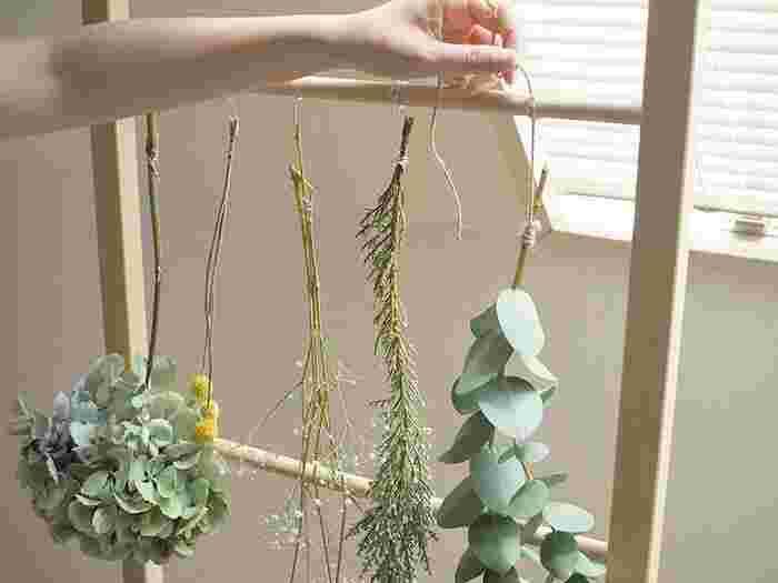 くすみがかってアンティークな雰囲気をまとったドライフラワーや、色鮮やかで宝石のようなドライフラワー。 好みに合わせていろいろなドライフラワーを作ってみましょう。  基本的な作り方は、開花してすぐのお花をこうして吊るしておく方法。 簡単で途中経過もインテリアとして楽しめます。