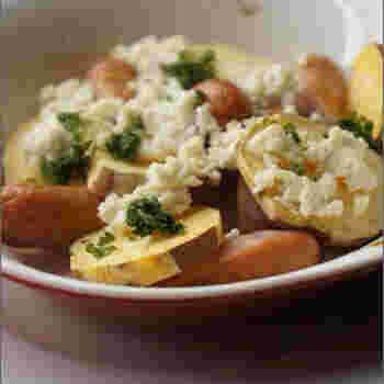 焼きヨーグルトを使ったジャーマンポテト風のレシピです。ジャガイモの代わりにさつまいもを使うことで、甘みがアップして焼きヨーグルの酸味ともうまくマッチします。もちろんじゃがいもで作っても◎。いつもの焼きヨーグルトよりも少し焼き時間を増やして水分を飛ばしておくと、ポロポロとした食感になり、他の食材となじみやすくなります。焼きすぎてしまったときの、お助けレシピにも。