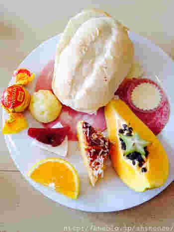 伝統的な朝ごはん「カフェ・ダ・マニャン」。とってもシンプルで、朝はコーヒーにパン、マンゴーやオレンジなどの南国のフルーツ、タピオカ粉でできたもちもちのチーズパン、ポンデケージョなどを頂きます。