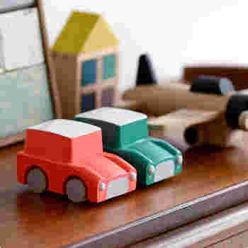 「kiko+(キコ)」は、「もりとこども・こどもとあそび・あそびとart」をテーマに、世界中の子どもたちに向けた木のおもちゃを展開しているブランド。ちょっぴりレトロでコロンとしたシルエットの車のおもちゃです。