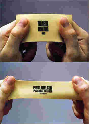 なんと、伸びる素材でしょうか…。こんな斬新なビジネスカードに出会ったら、きっと話題になりますね。実験的で面白い!