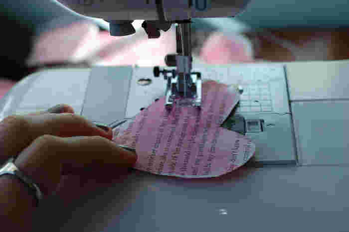 紙で作ったハートをミシンで縫っていきます。ハートとハートの間の紐部分は、好みの長さになるまで空縫いして繰り出していきます。