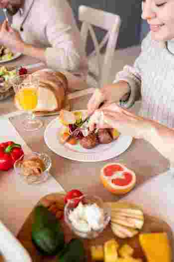 料理が完成したら、時間をかけてゆっくり味わいましょう。なかなか出番のなかった素敵な器があったら、この機会にデビューさせてもいいですね。優雅な食事時間は、きっと心を満たしてくれすはずです。