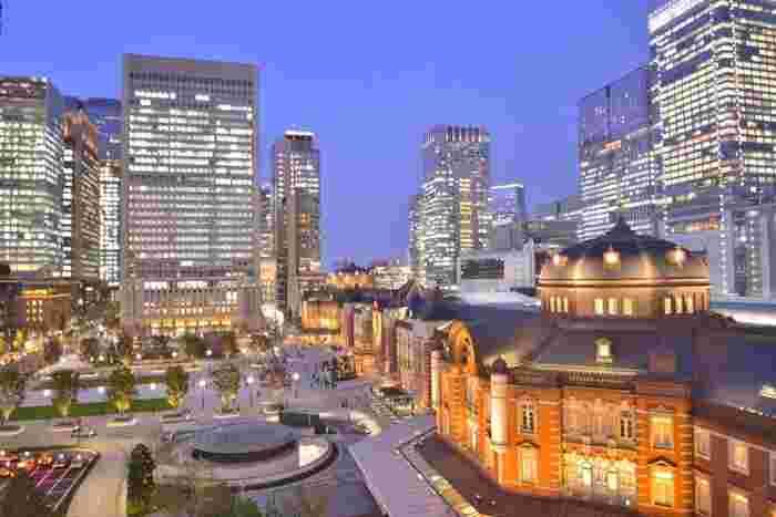 東京観光のスタート地点として数多くの観光客が利用する「東京駅」。徒歩約10分の場所には「銀座」や「日本橋」があり、街ブラ観光を楽しみたい人におすすめのエリアです。また、東京メトロ銀座駅から築地場外市場へは徒歩約10分で行けるので、街ブラ&グルメを計画するのもありですよ。