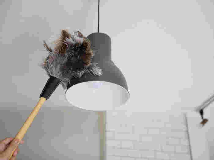 掃除がしにくい照明などもササッとお掃除できて便利。天然羽毛の一番の特徴は、軽くてフワフワの細かな羽で静電気が起こりにくいこと。払った後の棚などにホコリが再付着しづらく、付着したホコリも簡単にはたき落とすことができるので、キレイな状態が長続きします。