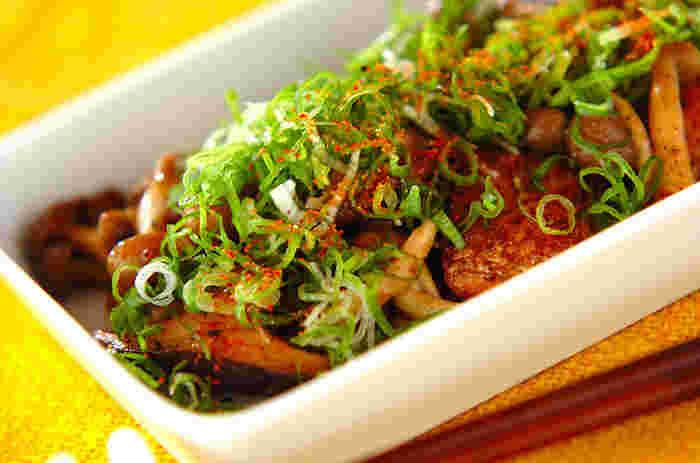 鮭とキノコを、マヨネーズで炒めて、醤油で味付けするレシピ。簡単なのに、マヨネーズのコクが相まって、ご飯のおかずに大活躍します。旬のキノコをたくさん加えていただきたいですね。