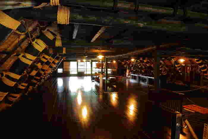 こちらは築後約300年の国指定重要文化財である「和田家」。白川郷の代表的な、茅葺き合掌造りの住宅で、今も生活が営まれ続けています。1階の一部と2階が公開されており、和田家代々で使用されてきた遺物や民具なども見ることができます。