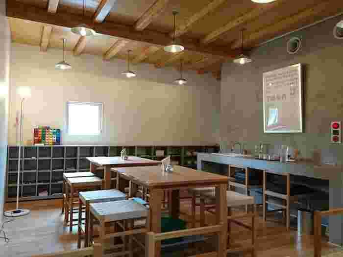 さすが森の中のカフェ&キッチンプレイス。店内も木のぬくもりが心地よいおだやかな空間が広がっています。