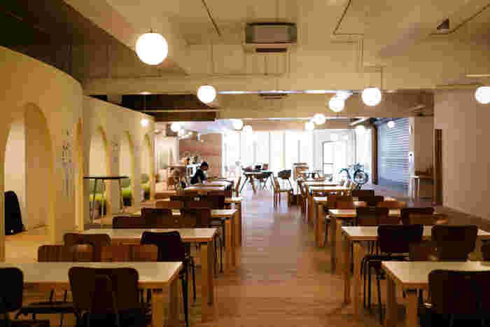 AndelStayの1F。広々とした空間 写真:松村隆史(まつむらたかふみ)