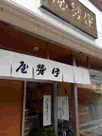 天保元(1830)年創業。 奈良東大寺二月堂への「お水送り」でも知られる小浜。店では、敷地の地下30mからくみ上げた井戸水(水温は年間を通して13℃)を使い、菓子作りを続けています。