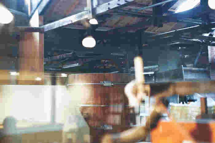 使われていなかった蔵の半分をリノベーションし誕生した喫茶スペース「tane」。古材の窓をパッチワークのように配置した仕切りからは味噌蔵の様子もうかがえる