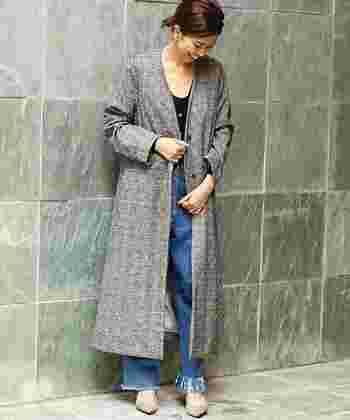 ガウン風のメンズライクなコートも新鮮。Vネックのシンプルなデザインなので、カジュアルに着まわしやすい一枚です。ハイネックのニットに重ねて色の組み合わせを楽しむのも良さそう。