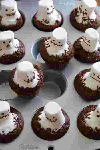 ハロウィンにぴったりの、おばけのカップケーキです。おばけは焼きたてのカップケーキの上にマシュマロをのせて作ります。