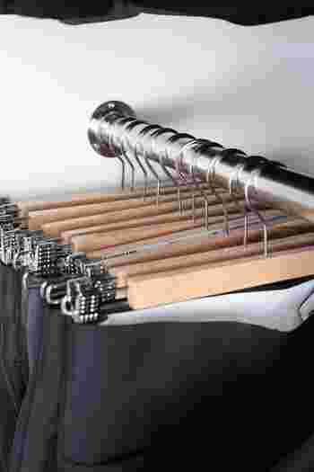 IKEAのクリップハンガーは薄いので、たっぷり収納することができます。木製のハンガーは温かみがありますね。