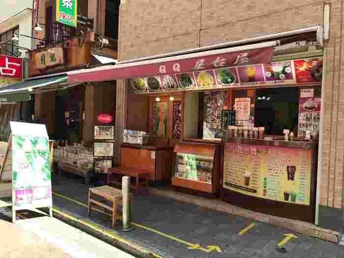 人気のタピオカドリンクがいただける「QQ 屋台屋」。ここで使用されているタピオカは、台湾から輸入した生のタピオカ。素材にこだわった本格的なタピオカドリンクを持って、中華街を散策してみませんか?お店は、元町中華街駅から歩いて4分程度、「横濱媽祖廟」からほど近い場所にありますよ。