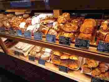 ベーカリーコーナーには、デニッシュをはじめパンがずらり。種類によって粉を使い分けるなどこだわりが感じられます。