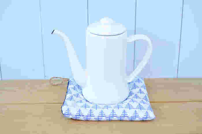 さらに、鍋敷きやティーコゼーなどにも変身するスグレモノ。いくつか作っておけば、タイミングに合わせてすぐに使えます。紐つきなので、キッチンに並べてかけておくのもかわいいですね♪