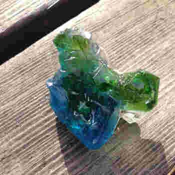 宝石の原石のようなレジン。ブルーからグリーンにかけてのグラデーションがとてもきれいですね。