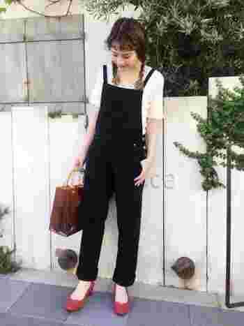 黒のサロペットにシンプルなフリル袖のTシャツ、さらに赤のシューズを合わせれば大人かわいいコーディネートに。