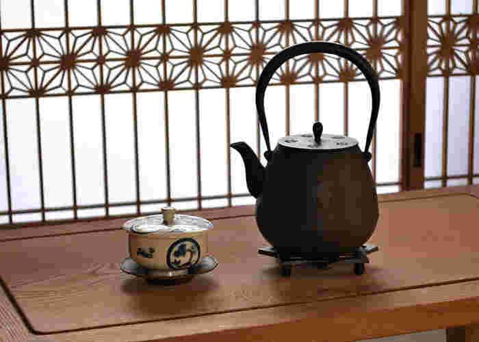 「もりおか啄木・賢治青春館」から徒歩3分ほどのところにあるのが、「鈴木盛久工房」。  先にご紹介した「釜定」同様、こちらの「鈴木盛久工房」が生み出す南部鉄器も、一級品として有名。1625年に南部藩御用鋳物師として召し抱えられて以来、代々藩の御用を勤めてきたという、折り紙つきの老舗です。