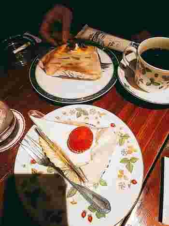 自家焙煎のオリジナルブレンドコーヒー、生クリームとイチゴのショートケーキなど、カフェの王道メニューをしっかり押さえたラインナップ。
