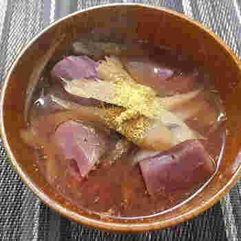 具材に紫芋を使ったお味噌汁のレシピです。ごぼうのうまみと紫芋の甘みは相性ばっちり。シャキシャキとした食感とほくほくとした食感のどちらも楽しめる贅沢なお味噌汁です。