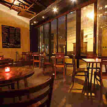 ウッディーで落ち着く雰囲気の店内は100席以上あり広々としています。夕食を食べる人だけでなく、夕食後にまさに夜カフェとして利用する人も♪