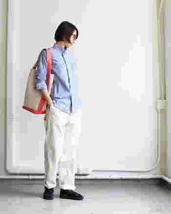 リラックスパンツとカジュアルな小物を合わせたスタイリング。明るいブルーと白で爽やかにまとめています。