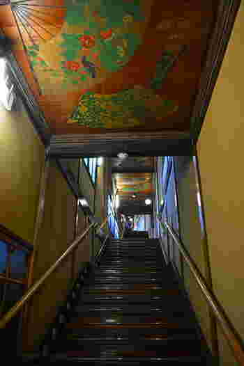 幻想的な雰囲気が魅力の「千と千尋の神隠し」。そのモデルのひとつが、目黒のホテル雅叙園東京内にあると言われています。1935年(昭和10年)に建てられた「百段階段」は、館内に現存する唯一の木造建築で、東京都指定有形文化財にもなっています。